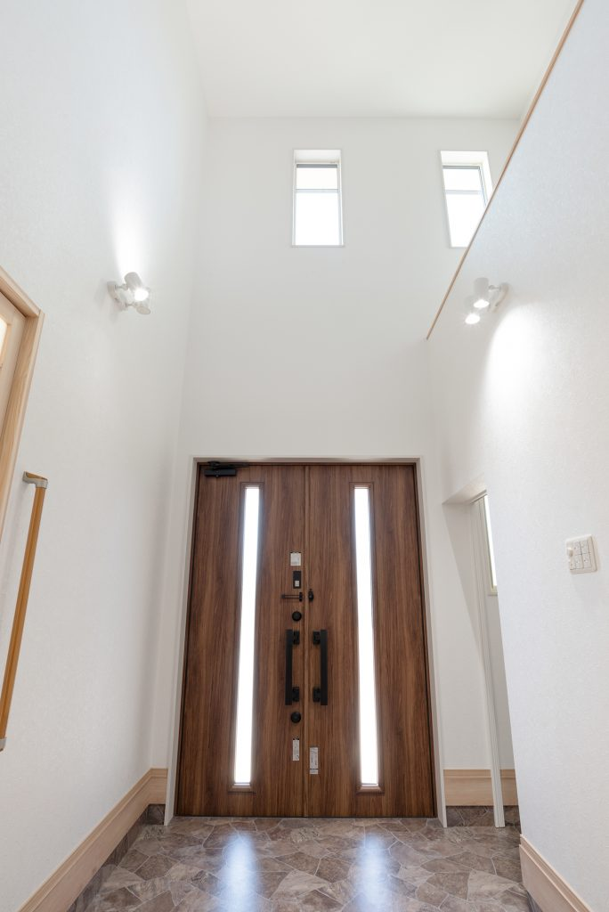 玄関は大きな吹抜けとゲストと家庭用がしっかりと区分。玄関からスッキリ収納。
