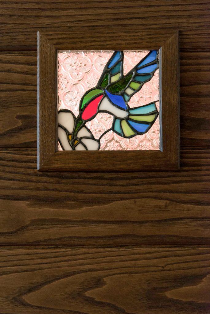 ドアのポイントはオリジナルのステンドグラス。愛犬とハチドリのデザイン。無垢のドアは栗の木。新潟県上越市 保坂工務店