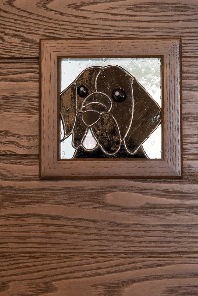 ドアのポイントはオリジナルのステンドグラス。愛犬とハチドリのデザイン。無垢のドアは栗の木。新潟県上越市|保坂工務店