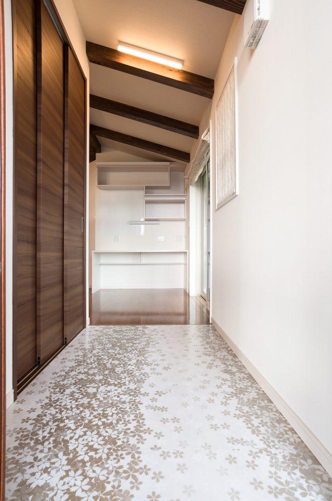 ウッドデッキから入る玄関はLDKホールとフラットの仕上げ。新潟県上越市 保坂工務店
