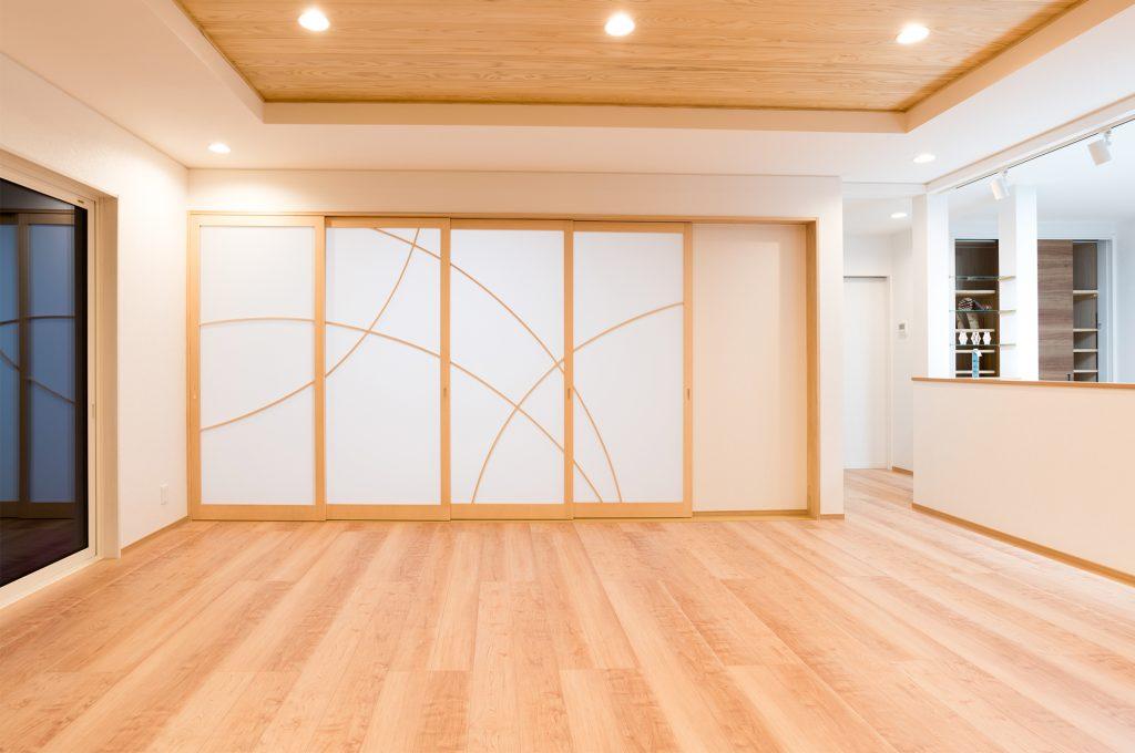 曲げた組子の建見で和と洋のバランスの良いLDK。開放すれば26畳の大スペース。