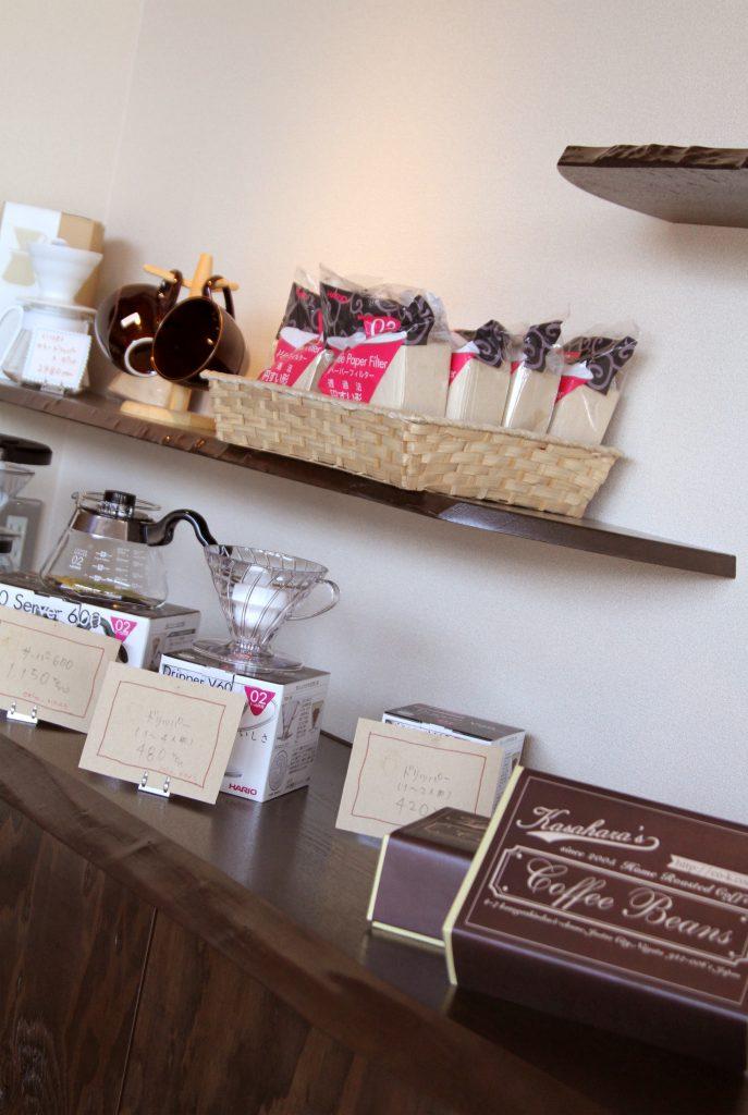 店内で珈琲を楽しみながらギフト台も無垢板で制作見た目も充実してます。