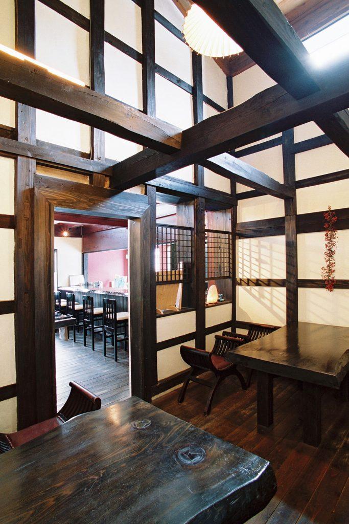 土蔵の中にもう一つ土蔵が…二重蔵です。カウンターやテーブルは松の一枚板で制作。