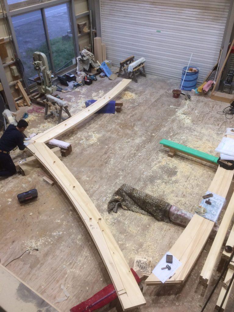 大屋根、破風板の仮組、拝(おが)みの調整